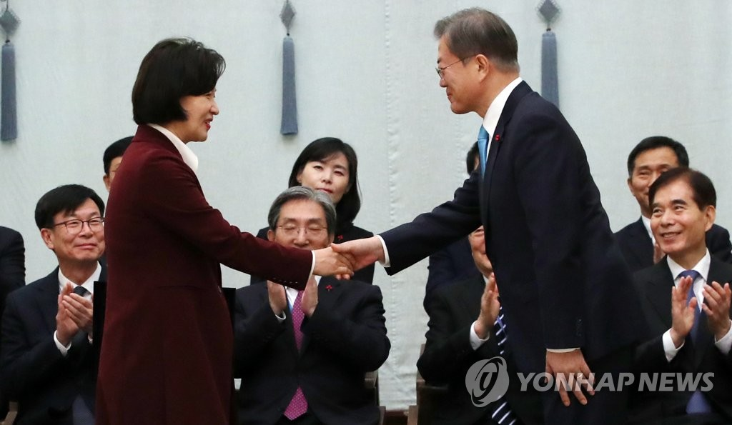 President Moon Jae-in (R) shakes hands with Justice Minister Choo Mi-ae (L) at Cheong Wa Dae on Jan. 2, 2020. (Yonhap)