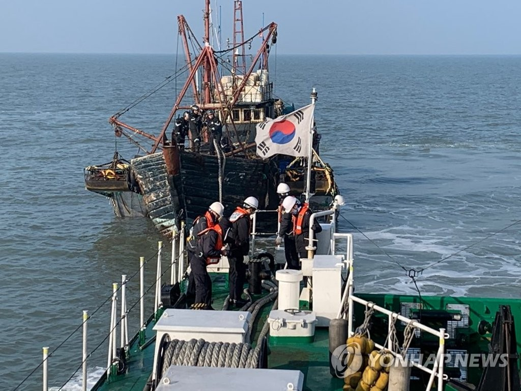 The South Korean Coast Guard investigates a Chinese fishing boat that violated South Korean waters in the Yellow Sea on Jan. 4, 2020, in this photo released by the Korea Coast Guard. (PHOTO NOT FOR SALE) (Yonhap)