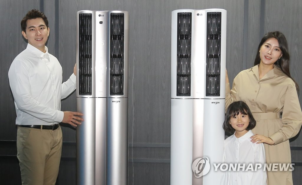 Models for LG Electronics Inc. pose for a photo with the company's new air conditioners at its product launching event in Seoul on Jan. 16, 2020. (Yonhap)