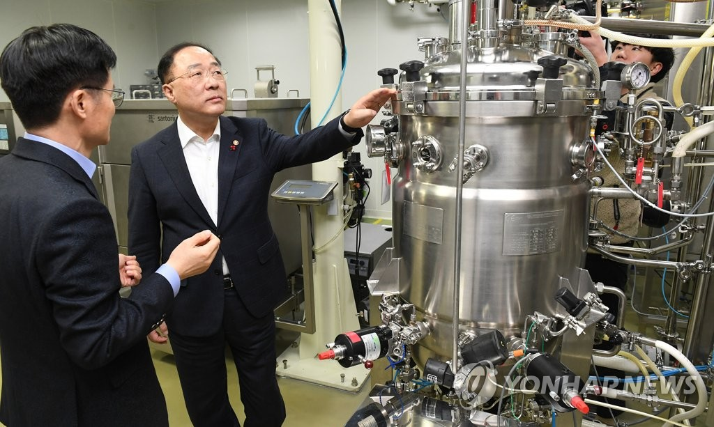 Finance Minister Hong Nam-ki (2nd from L) visits a biotechnology firm in Seongnam, south of Seoul, on Jan. 16, 2020. (Yonhap)