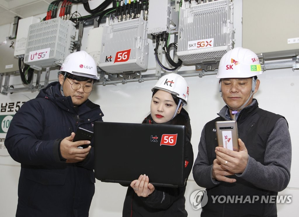 This photo provided by KT Corp. on Jan. 17, 2020, shows engineers from LG Uplus Corp. (L), KT (C) and SK Telecom Co. checking their 5G networks at a subway station in Gwangju. (PHOTO NOT FOR SALE) (Yonhap)