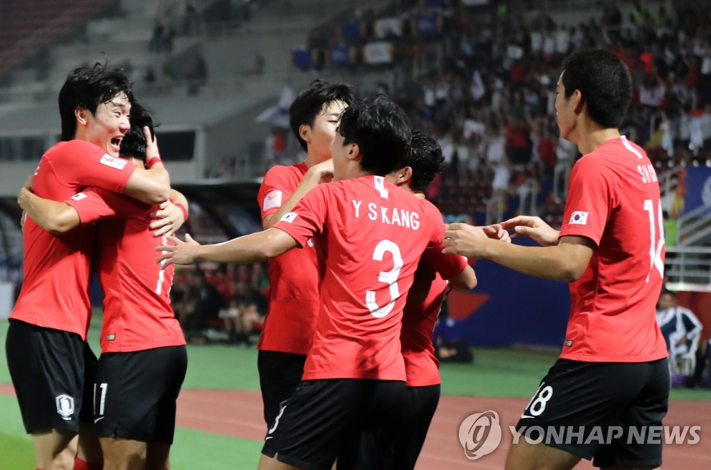 South Korean players celebrate a goal by their teammate Lee Dong-gyeong against Australia in the semifinals of the Asian Football Confederation (AFC) U-23 Championship at Thammasat Stadium in Rangsit, Thailand, on Jan. 22, 2020. (Yonhap)