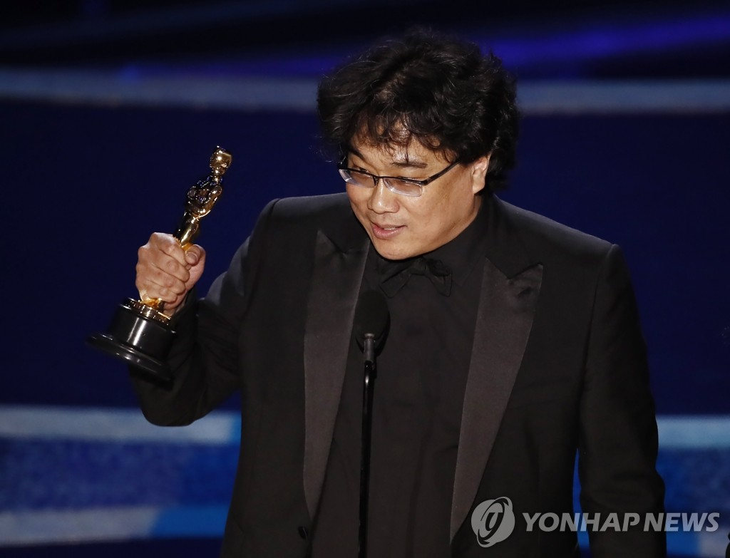 "In this photo moved by EPA, South Korean director Bong Joon-ho accepts best director for his black comedy thriller ""Parasite"" at the 92nd Academy Awards in Los Angeles on Feb. 9, 2020. (Yonhap)"