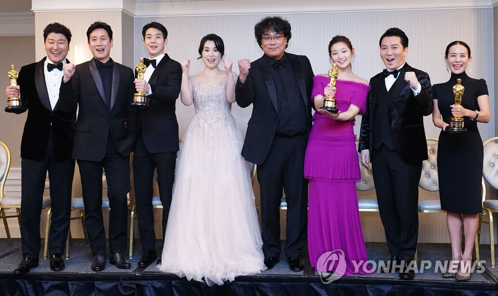 "Director Bong Joon-ho (4th from R) and cast members of ""Parasite"" pose during a press conference in Los Angeles on Feb. 9, 2020 (local time), after the movie took four titles at the 92nd annual Academy Awards. (Yonhap)"