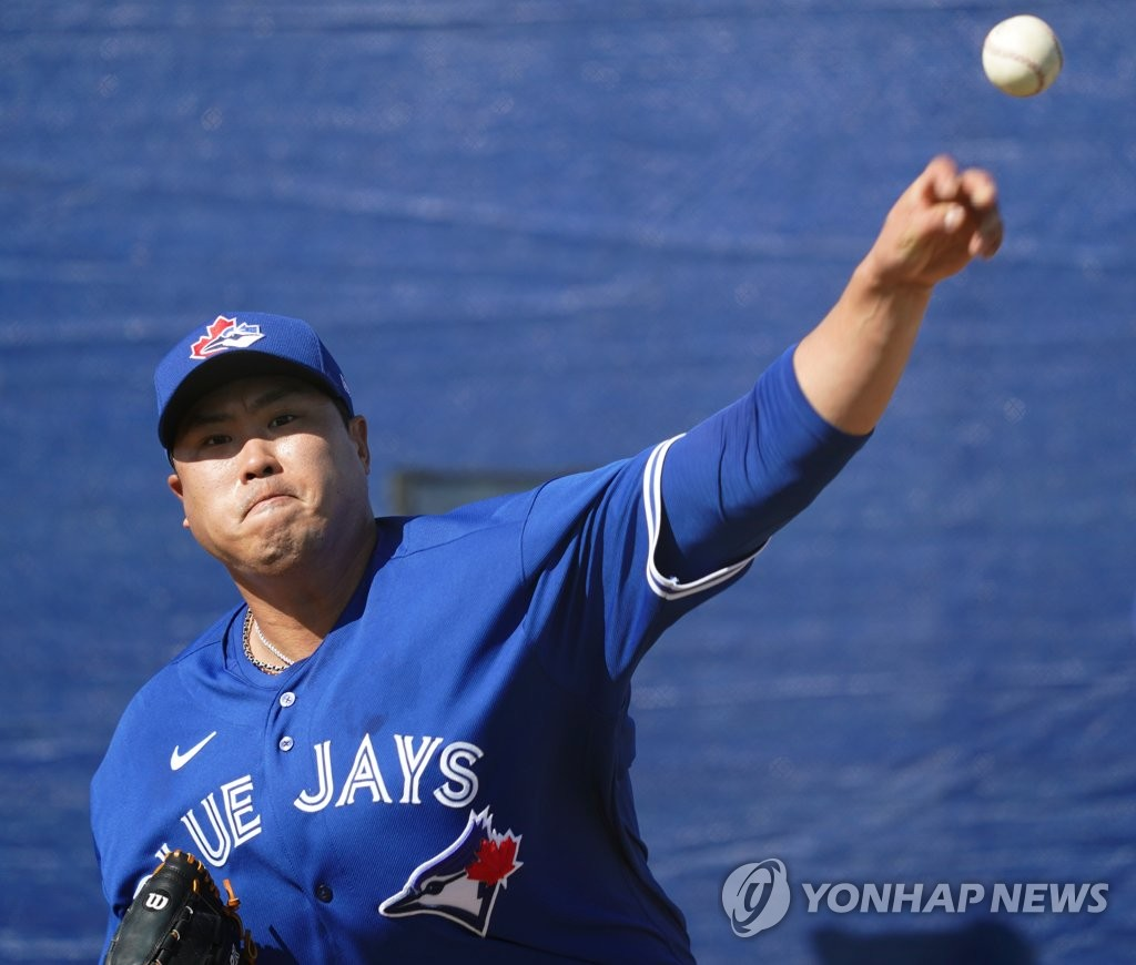 Ryu Hyun-jin of the Toronto Blue Jays throws in the bullpen at the Player Development Complex outside TD Ballpark in Dunedin, Florida, on Feb. 16, 2020. (Yonhap)