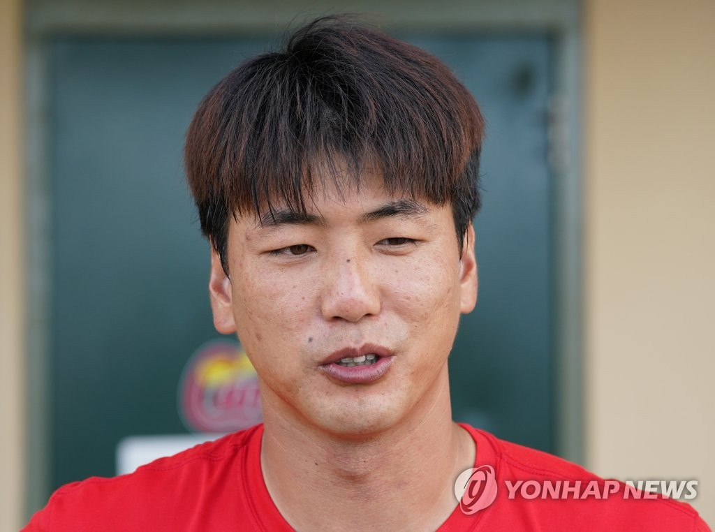 In this file photo from Feb. 26, 2020, Kim Kwang-hyun of the St. Louis Cardinals speaks to reporters following his Major League Baseball spring training game against the Miami Marlins at Roger Dean Chevrolet Stadium in Jupiter, Florida. (Yonhap)
