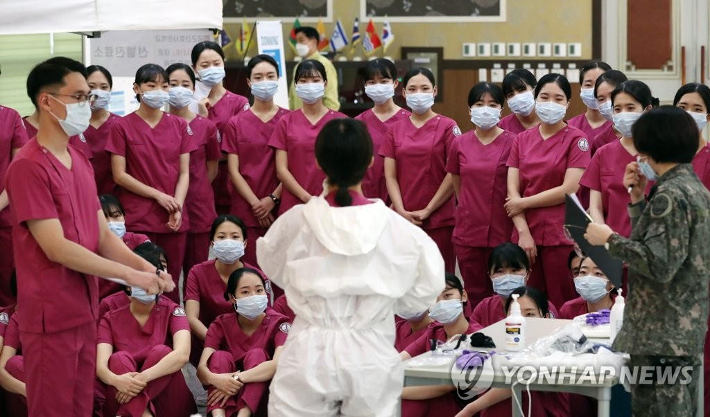 Graduates from the Korea Armed Forces Nursing Academy receive education on the new coronavirus at the institution in the central city of Daejeon on March 2, 2020. Seventy-five new officers from the school are set to be sent to Daegu on March 3. (Yonhap)