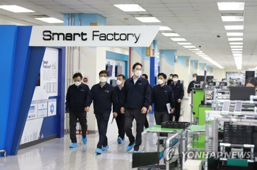 (2nd LD) Samsung temporarily moves smartphone production to Vietnam over virus case