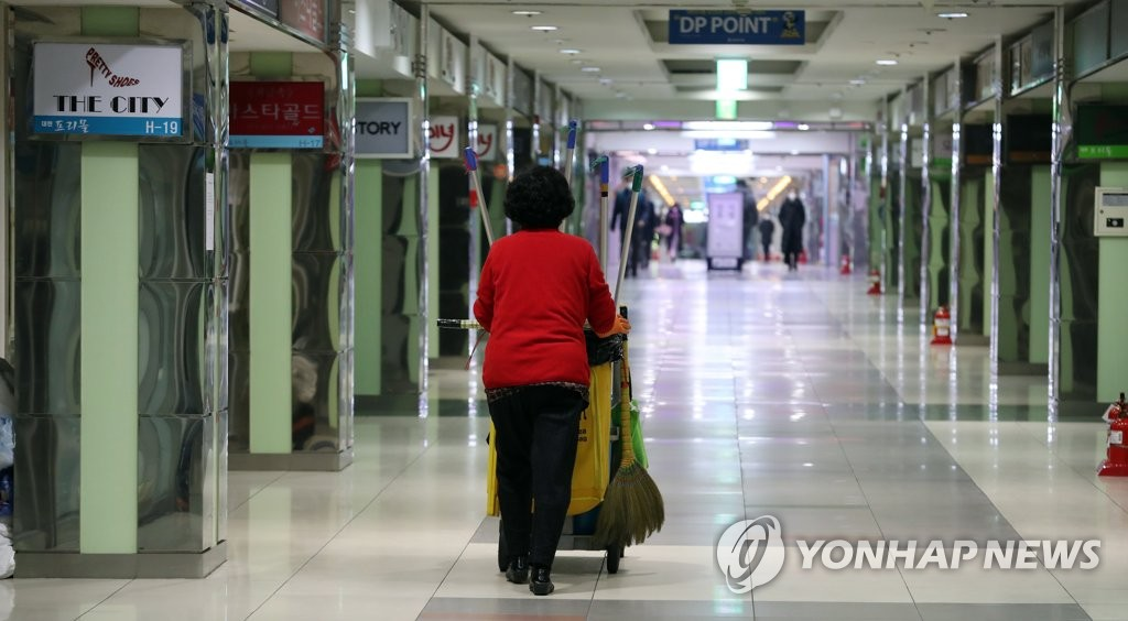 A janitor walks through an empty underground market in the southeastern city of Daegu on March 5, 2020. (Yonhap)