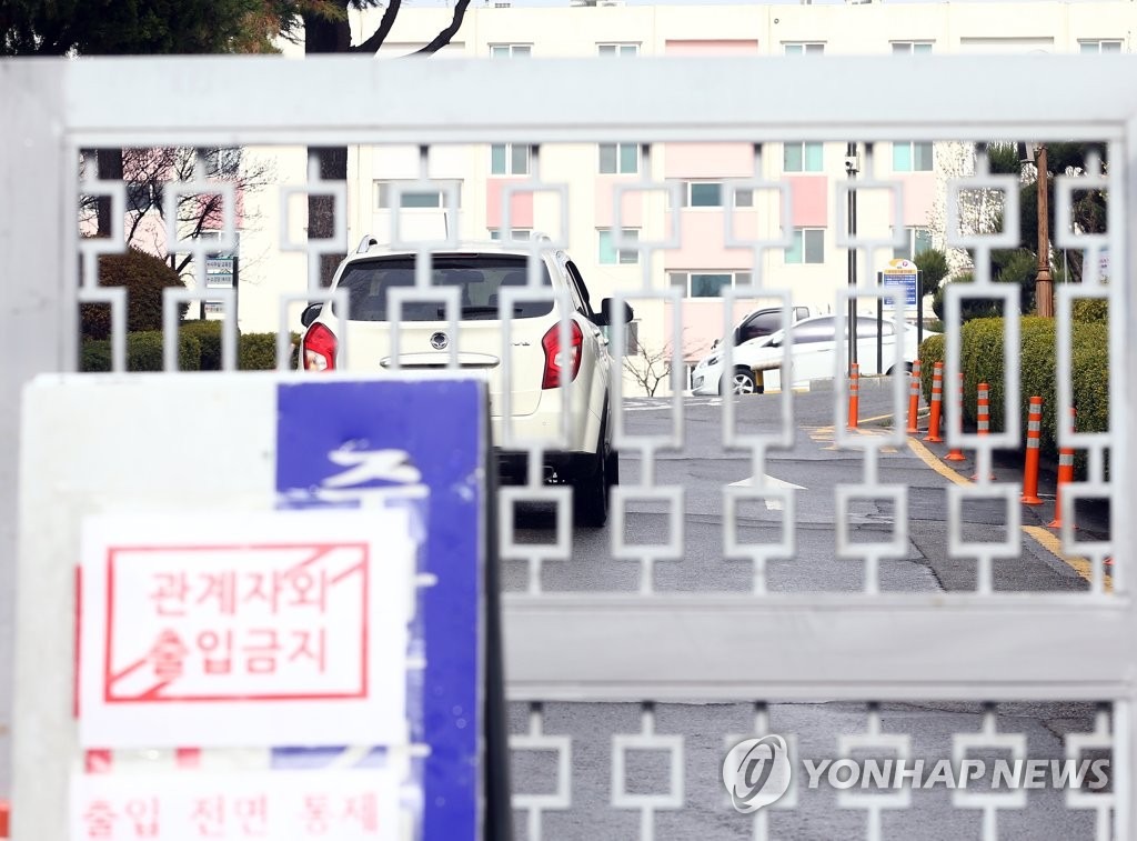 This photo taken on March 7, 2020, shows a notice in front of an apartment complex in Daegu that has been under isolation after group transmissions of the new coronavirus broke out among its residents. (Yonhap)
