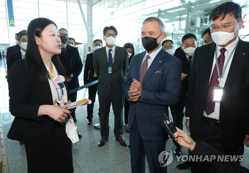 U.S. Ambassador to Seoul Harry Harris, wearing a black face mask, is briefed by an official on the quarantine procedure for passengers bound for the United States at Incheon International Airport, west of Seoul, on March 11, 2020, as Seoul began to conduct all health checks on those passengers as part of stepped-up efforts to prevent the spread of COVID-19. (Yonhap)