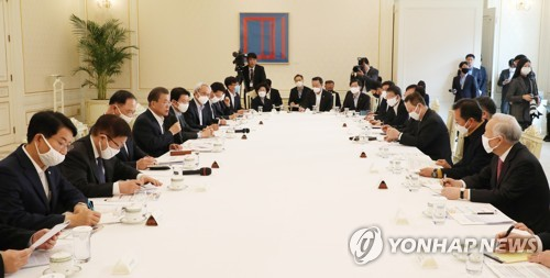 Moon meets leaders of business, labor groups, says pandemic-led economic crisis to continue