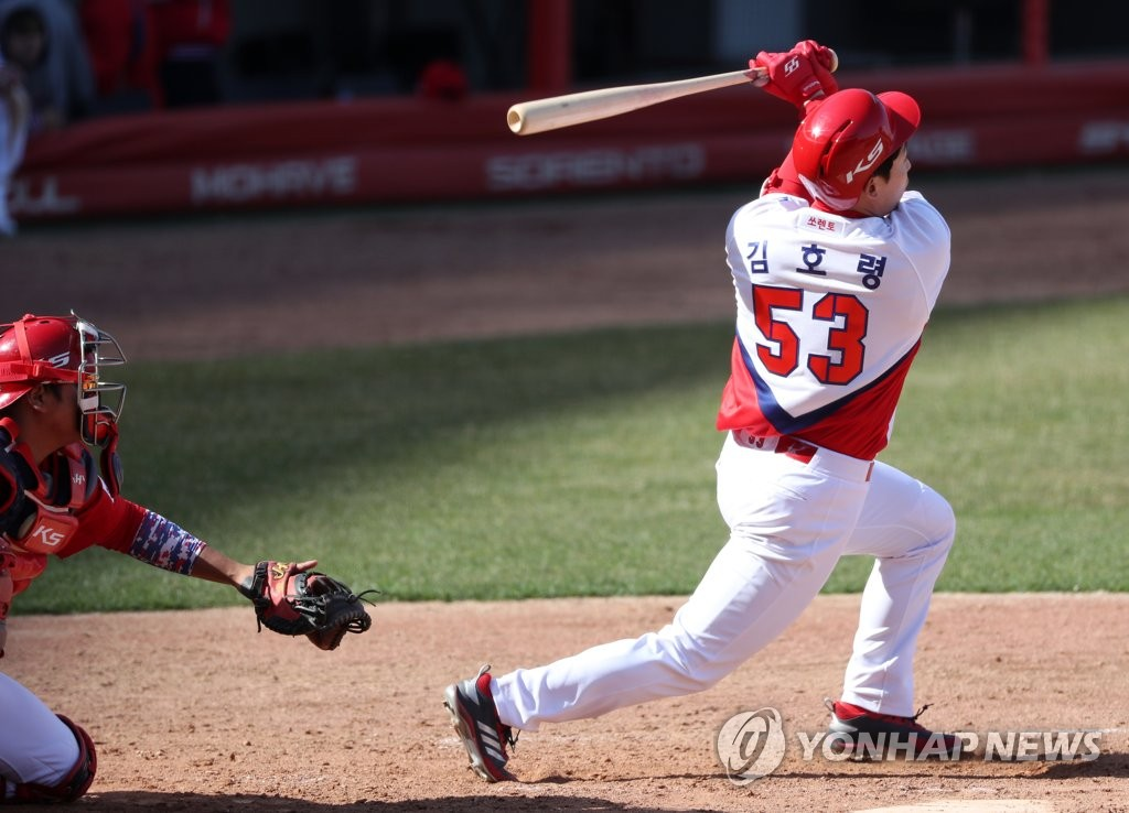 Kim Ho-ryung of the Kia Tigers hits a solo home run in an intrasquad game at Gwangju-Kia Champions Field in Gwangju, 330 kilometers south of Seoul, on March 20, 2020. (Yonhap)