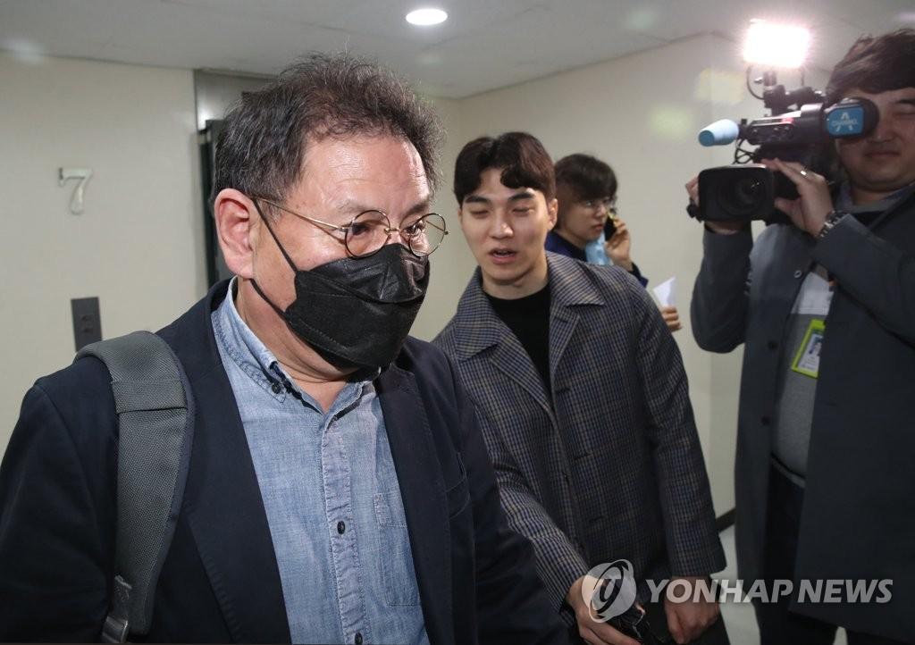 회의 입장하는 더불어시민당 정도상 공천관리위원장