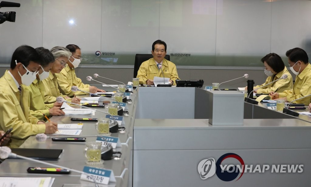 Prime Minister Chung Sye-kyun (C) presides over a pan-government meeting on coronavirus responses at the Seoul government complex building on March 25, 2020. (Yonhap)