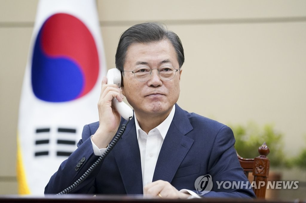 South Korean President Moon Jae-in holds phone talks with Canadian Prime Minister Justin Trudeau at Cheong Wa Dae in Seoul on March 26, 2020, in this photo provided by Moon's office. (PHOTO NOT FOR SALE) (Yonhap)