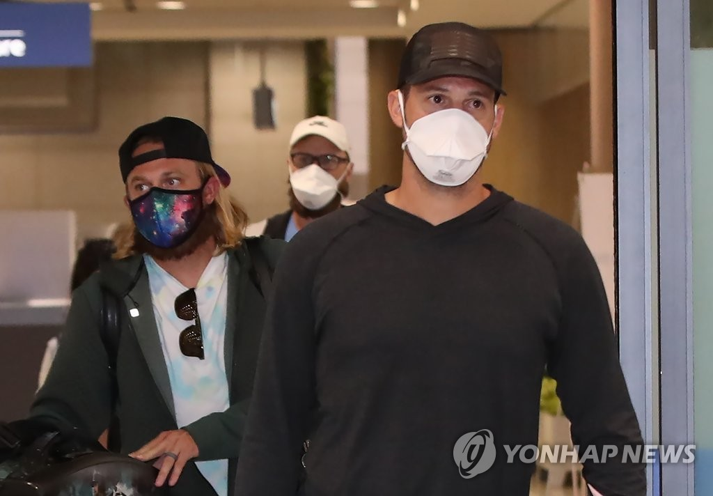 Jake Brigham of the Kiwoom Heroes (R) arrives at Incheon International Airport in Incheon, west of Seoul, on March 26, 2020. Trailing Brigham are his teammates Taylor Motter and Eric Jokisch. (Yonhap)