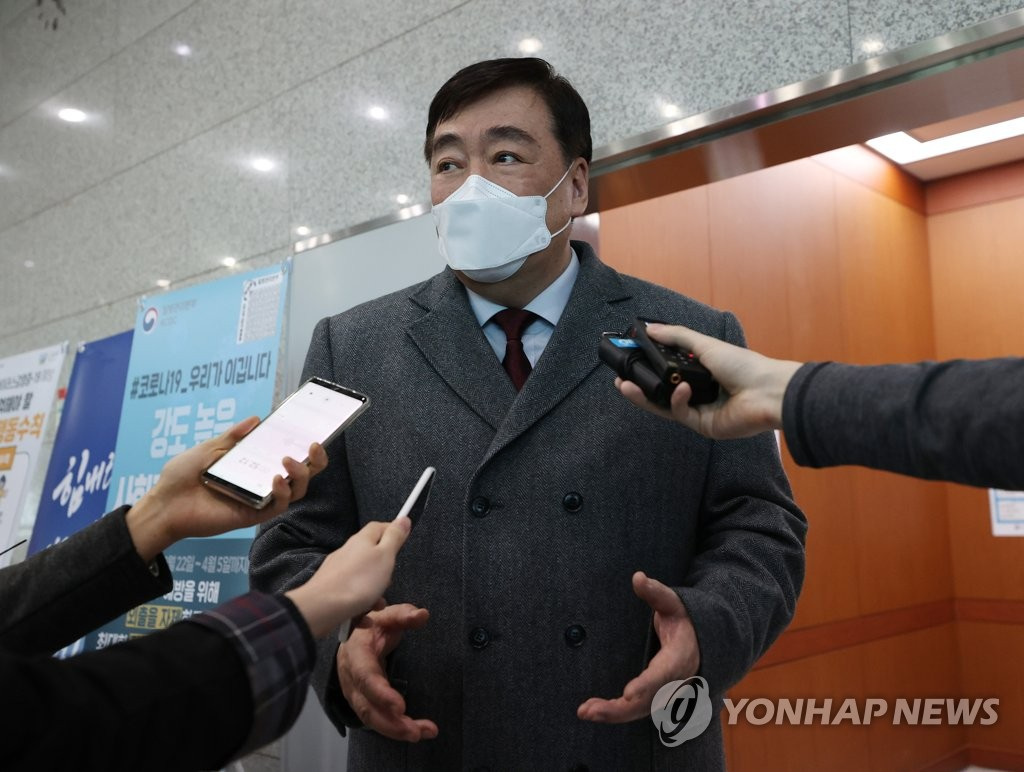Chinese Ambassador to South Korea Xing Haiming speaks to reporters at the foreign ministry in Seoul on March 27, 2020. (Yonhap)