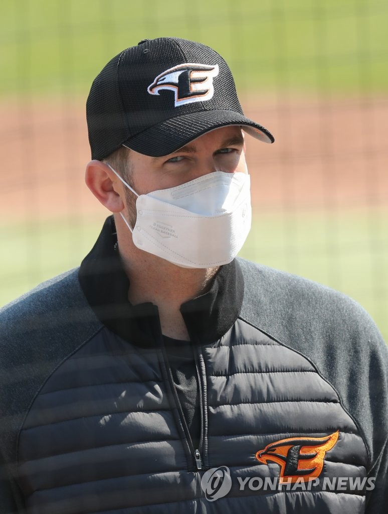 Jared Hoying of the Hanwha Eagles speaks to reporters while wearing a mask at Hanwha Life Eagles Park in Daejeon, 160 kilometers south of Seoul, on April 9, 2020, after ending his 14-day quarantine following his return from the United States. (Yonhap)