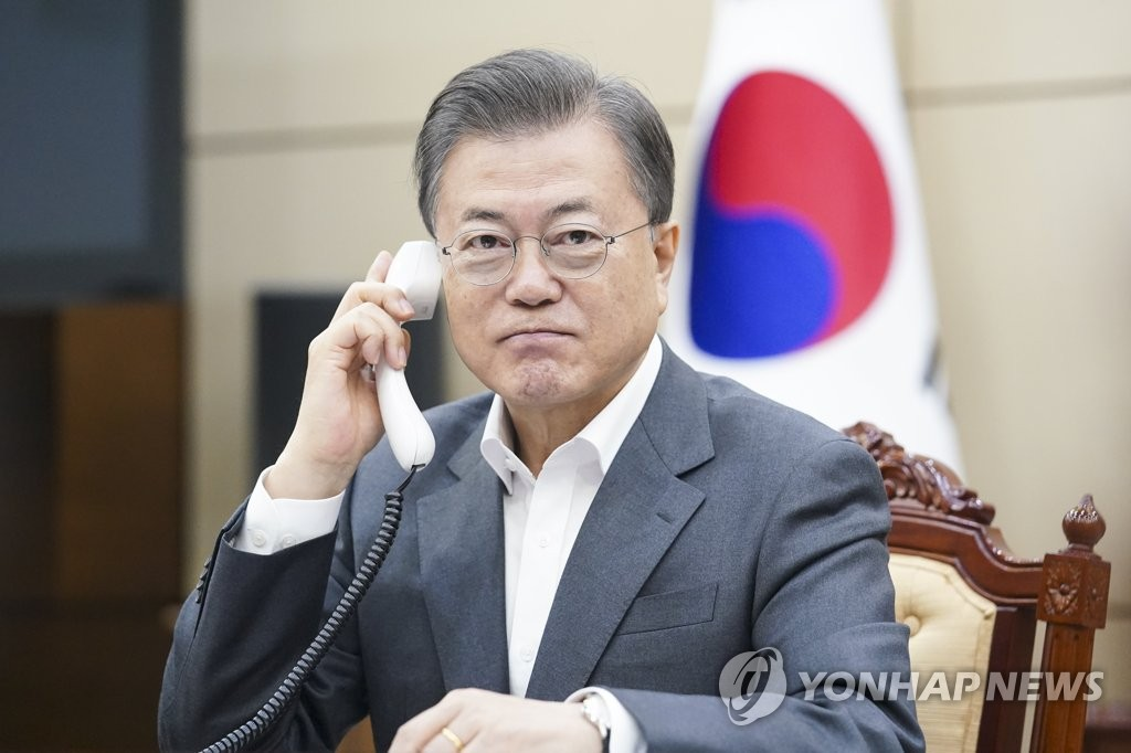 This photo, provided by Cheong Wa Dae, shows President Moon Jae-in having a telephone conservation with Microsoft founder Bill Gates over the new coronavirus on April 10, 2020. (PHOTO NOT FOR SALE) (Yonhap)
