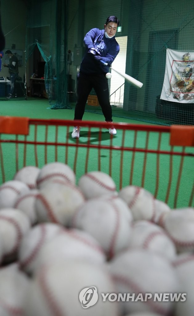 Choi Ji-man of the Tampa Bay Rays swings a bat at a private baseball academy run by his brother in Incheon, 40 kilometers west of Seoul, on April 13, 2020. (Yonhap)