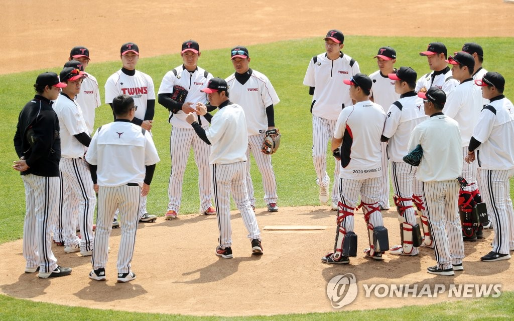 LG Twins players stand around the mound during practice at Jamsil Stadium in Seoul on April 16, 2020. (Yonhap)
