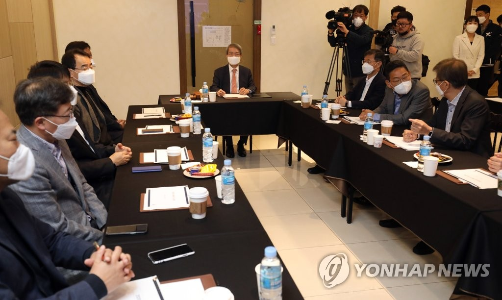 Chung Un-chan (C), commissioner of the Korea Baseball Organization, chairs a board of governors meeting with club presidents at a convention center in Seoul on April 21, 2020. (Yonhap)
