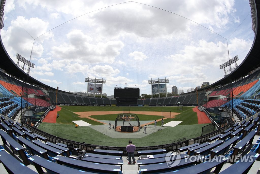 Doosan Bears players are preparing for a Korea Baseball Organization exhibition game at Jamsil Stadium in Seoul on April 21, 2020. (Yonhap)