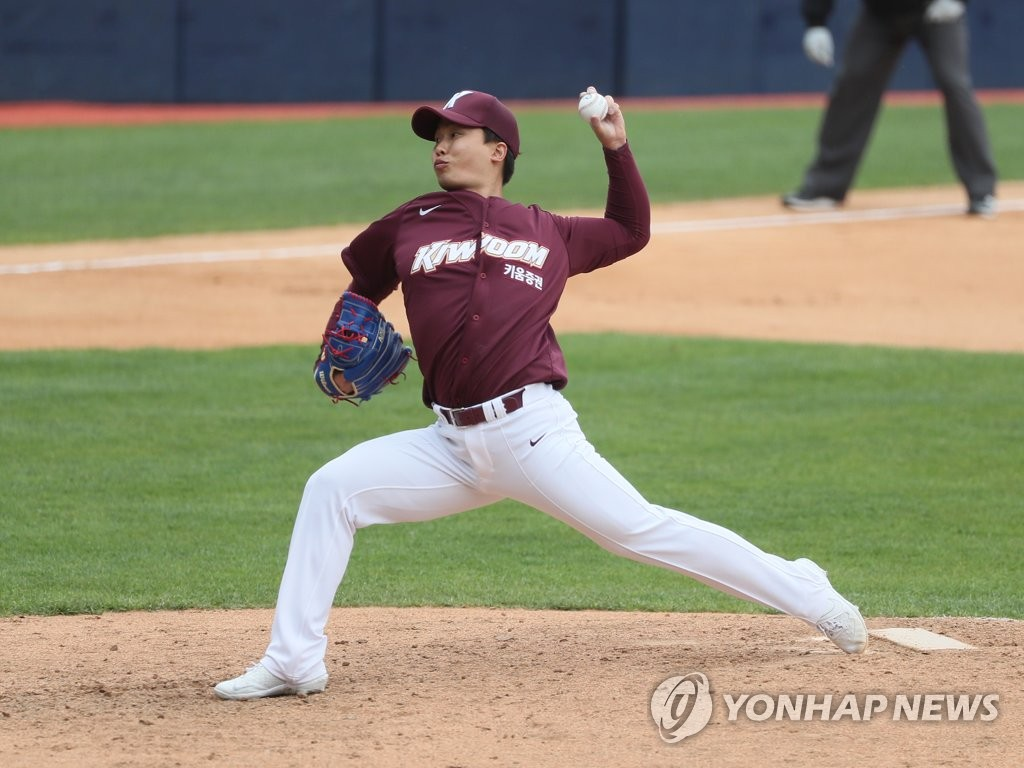 In this file photo from April 22, 2020, Kim Seong-min of the Kiwoom Heroes pitches against the Doosan Bears in the bottom of the sixth inning of a Korea Baseball Organization exhibition game at Jamsil Baseball Stadium in Seoul. (Yonhap)