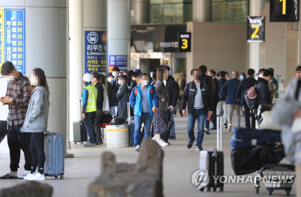 Jeju International Airport on South Korea's southern resort island of Jeju bustles with tourists on April 29, 2020, one day ahead of a long holiday until May 5. (Yonhap)