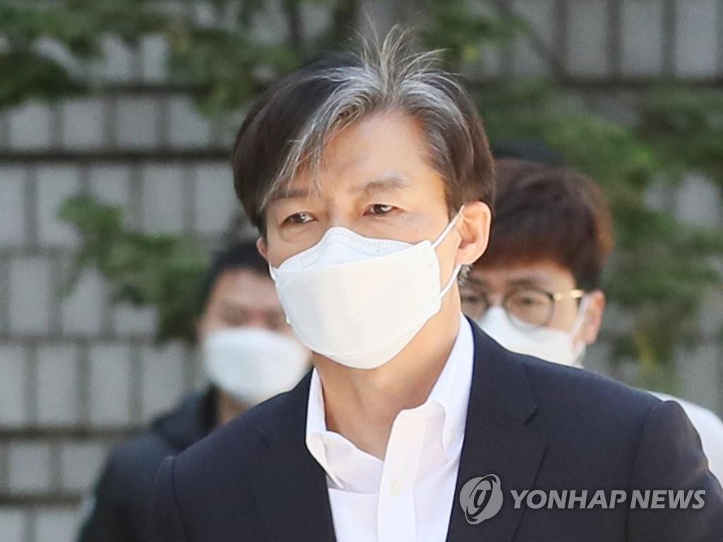 '감찰무마 의혹' 조국 첫 법정 출석