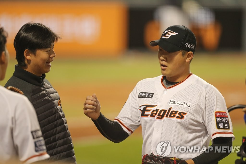 Kim Jin-young of the Hanwha Eagles is greeted by teammates after striking out three straight Kia Tigers batters in a Korea Baseball Organization regular season game at Hanwha Life Eagles Park in Daejeon, 160 kilometers south of Seoul, on May 13, 2020. (Yonhap)