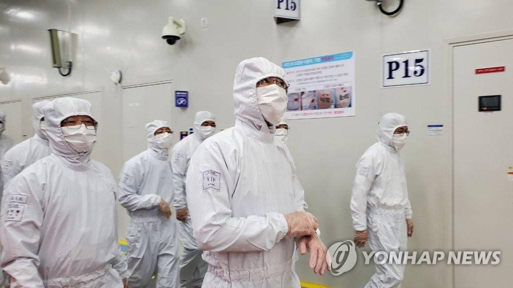 This photo provided by Samsung Electronics Co. on May 18, 2020, shows Samsung Electronics Vice Chairman Lee Jae-yong (C) inspecting the company's chip production facility in Xian, China. (PHOTO NOT FOR SALE) (Yonhap)