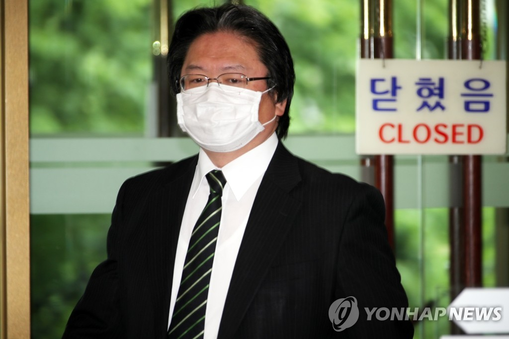 Hirohisa Soma, a senior official from the Japanese Embassy in Seoul, enters the foreign ministry building in Seoul on May 19, 2020. (Yonhap)