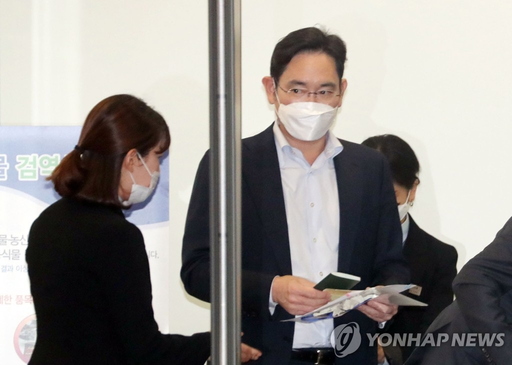 Samsung Electronics Vice Chairman Lee Jae-yong (C) leaves the arrival gate at Gimpo International Airport in Seoul on May 19, 2020, after returning from his three-day business trip to China. (Yonhap)