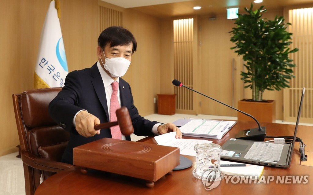 In this photo, provided by the Bank of Korea (BOK), BOK Gov. Lee Ju-yeol holds a monetary policy board meeting at the South Korean central bank in Seoul on May 28, 2020, when the seven-member board voted to cut the key rate by a quarter percentage point to a new record low of 0.50 percent. (PHOTO NOT FOR SALE) (Yonhap)