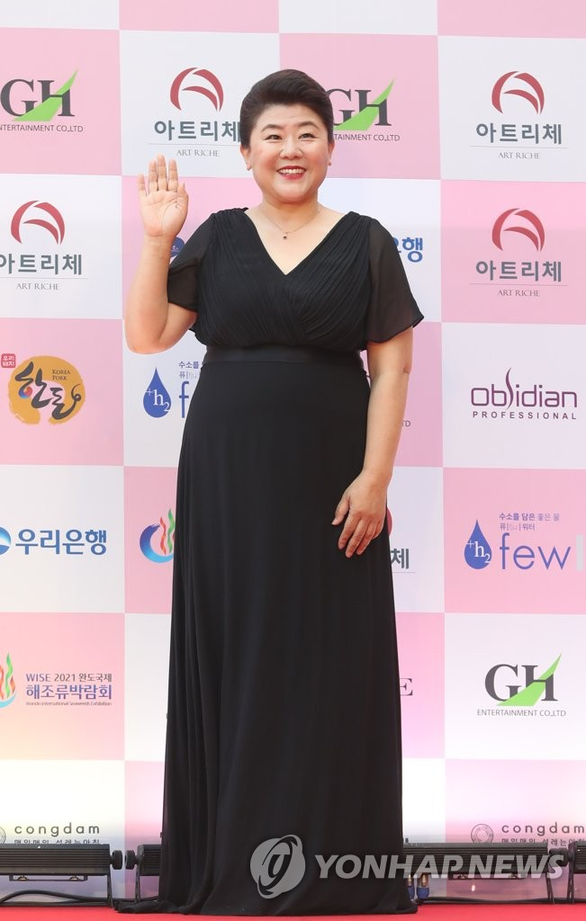 Actress Lee Jung-eun poses for photos upon arriving at the 56th Daejong Film Awards at Grand Walkerhill Seoul in Seoul on June 3, 2020. (Yonhap)