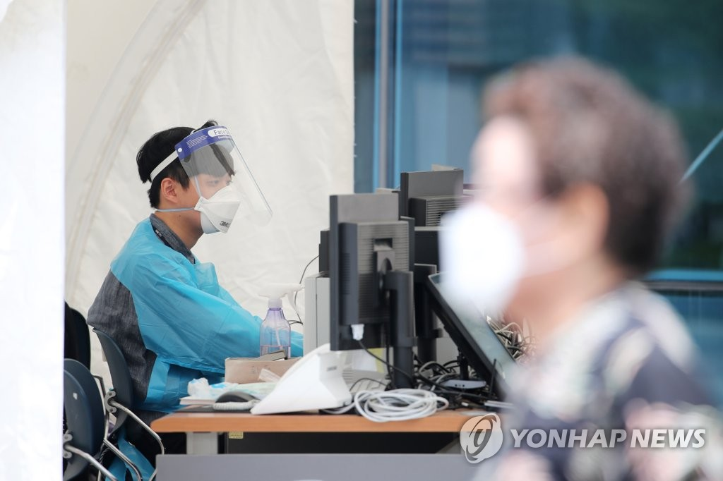 A medical worker looks at a computer monitor at a virus testing clinic at Seoul Medical Center in Seoul on June 4, 2020. (Yonhap)
