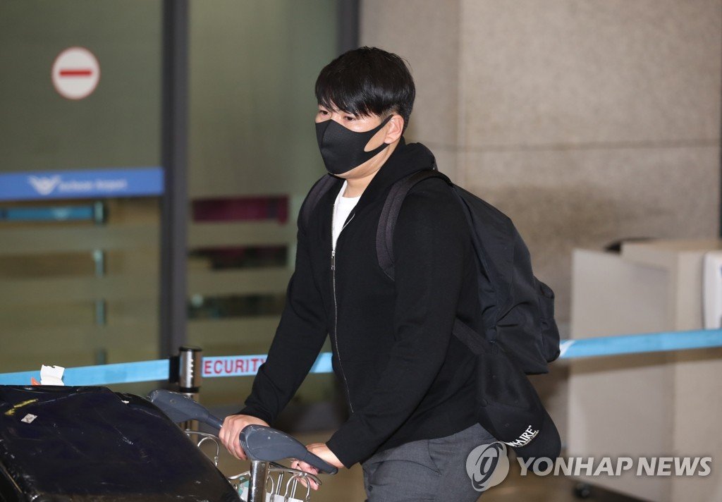 South Korean baseball player Kang Jung-ho pushes a luggage cart at Incheon International Airport in Incheon, just west of Seoul, after arriving from the United States on June 5, 2020. (Yonhap)