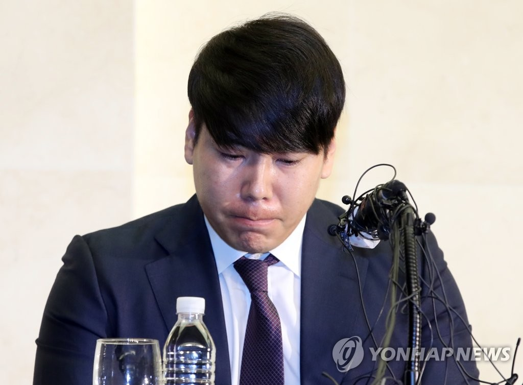 Former major league player Kang Jung-ho listens to a question during a press conference at a Seoul hotel on June 23, 2020, as he apologizes for his past drunk driving cases in a bid to return to the Korea Baseball Organization. (Yonhap)