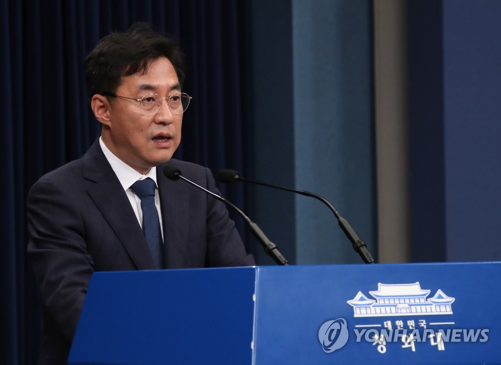 Cheong Wa Dae spokesman Kang Min-seok holds a press briefing at the presidential compound in Seoul on June 26, 2020. (Yonhap)