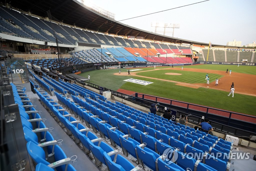 This file photo from June 28, 2020, shows a Korea Baseball Organization regular season game between the NC Dinos and the Doosan Bears taking place without fans at Jamsil Baseball Stadium in Seoul. (Yonhap)
