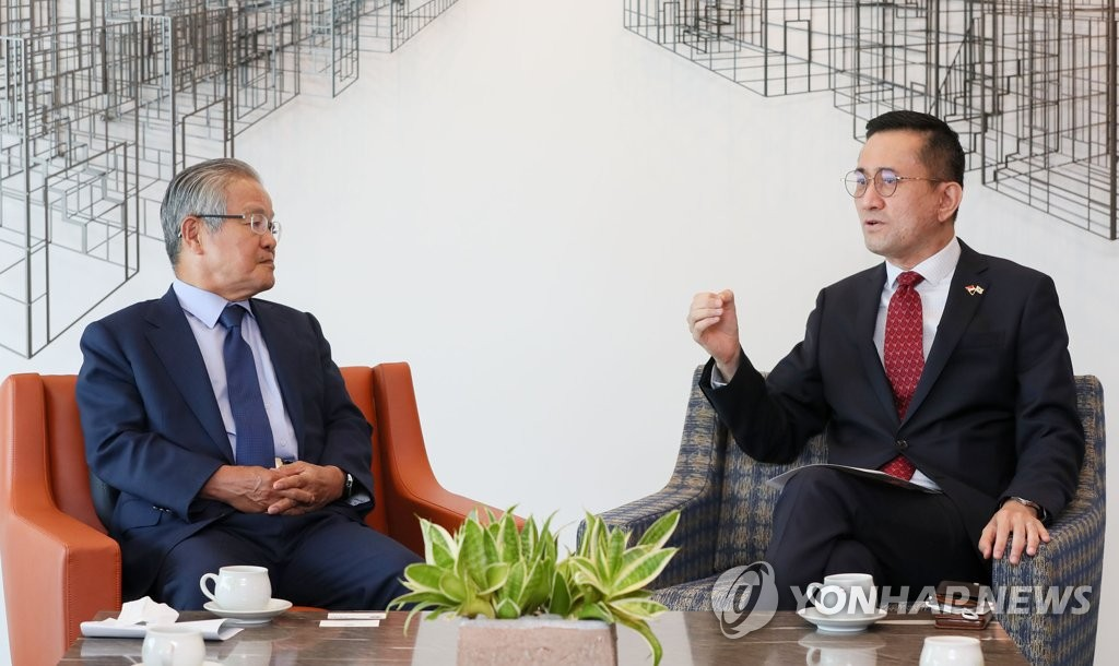 FKI chief meets Singaporean envoy