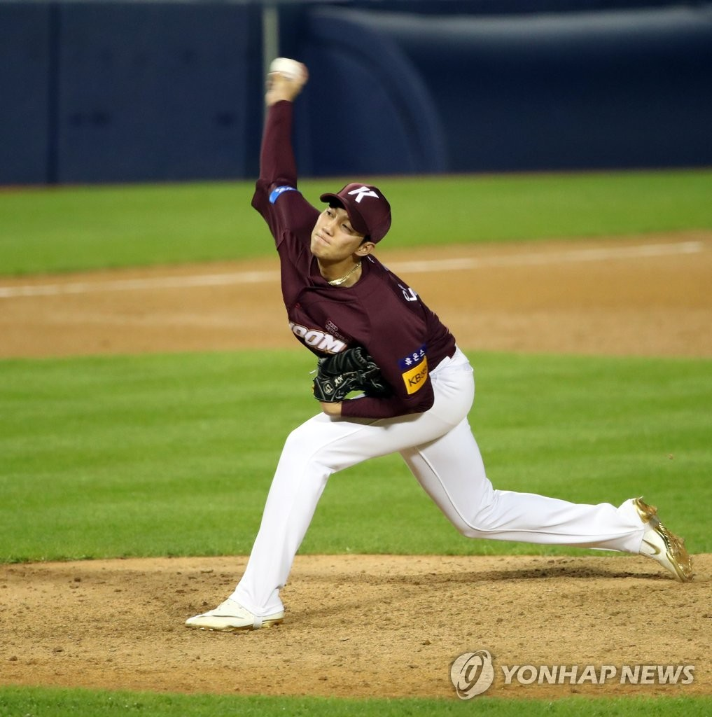 An Woo-jin of the Kiwoom Heroes pitches against the Doosan Bears in the botom of the eighth inning of their Korea Baseball Organization regular season game at Jamsil Baseball Stadium in Seoul on July 28, 2020. (Yonhap)