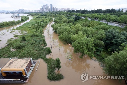 (3rd LD) Heavy rain pummels central S. Korea; casualties reported in landslides