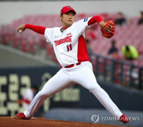 Lee Min-woo pitches for Kia
