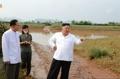 (جديد) الزعيم الكوري الشمالي يزور قرية دمرتها الفيضانات ويأمر بتقديم المساعدات إلى المتضررين - 2