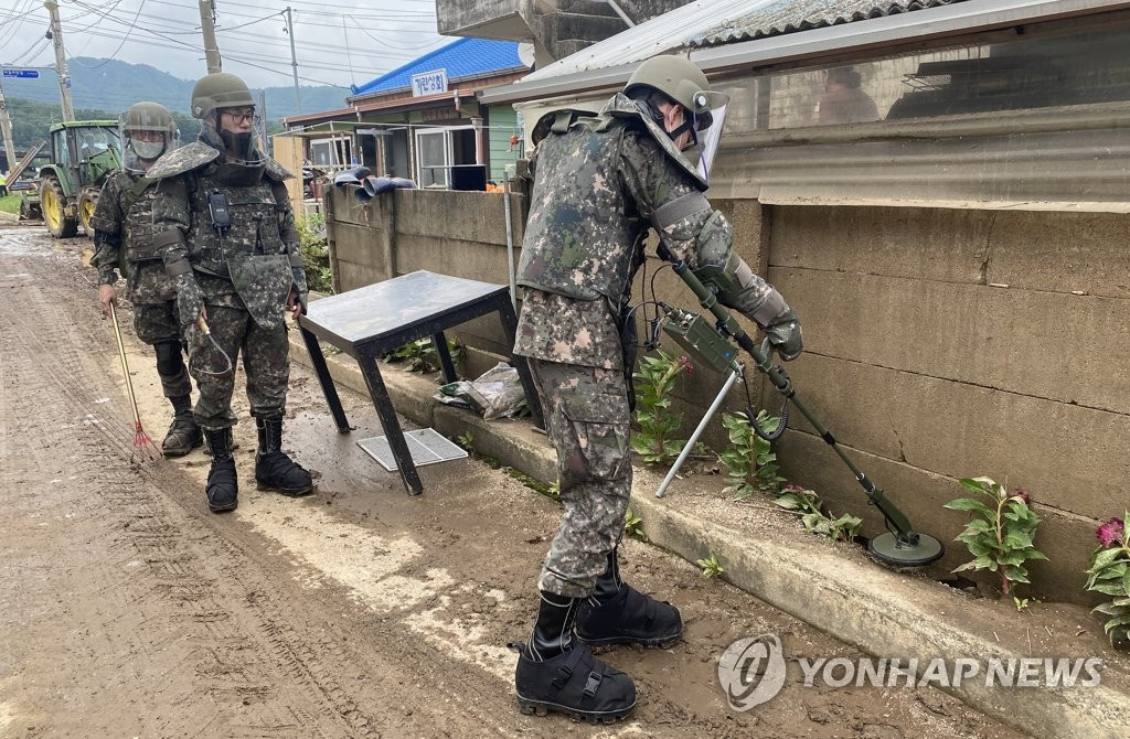 Troops use metal detectors to search for mines that may have been swept away by heavy rains to civilian populated areas south of the demilitarized zone in Cheorwon, 88 kilometers northeast of Seoul, on Aug. 7, 2020, in this photo provided by the Army. (PHOTO NOT FOR SALE) (Yonhap)