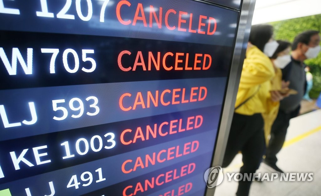 An electronic board at Jeju International Airport in Jeju shows that some flights have been canceled due to Typhoon Maysak on Sept. 2, 2020. (Yonhap)