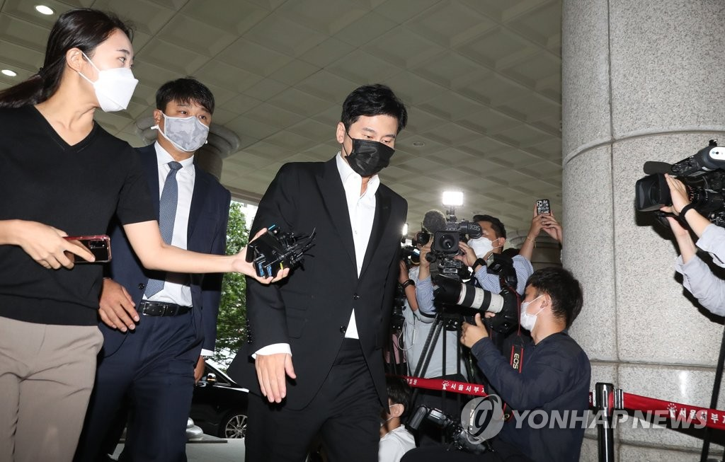 Former YG Entertainment CEO Yang Hyun-suk enters the Seoul Western District Court for a court hearing on an overseas gambling case on Sept. 9, 2020. (Yonhap)